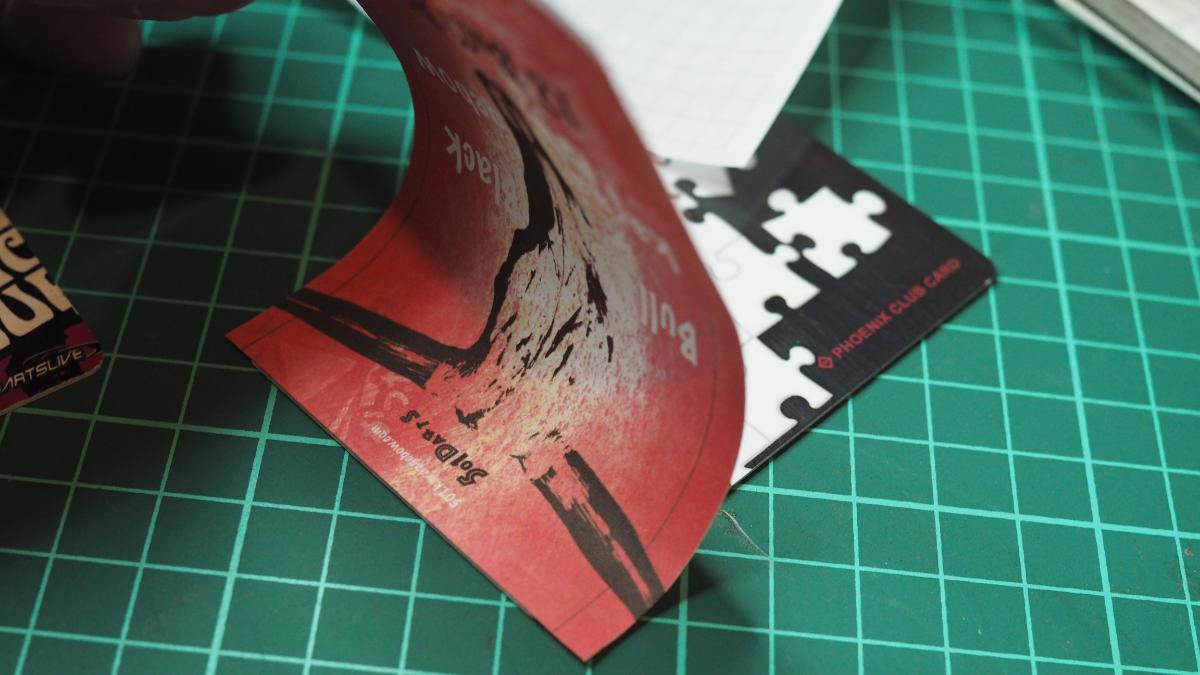 カードにシールを貼る ライブカード フェニックスカード